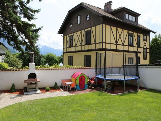 Garten mit Griller, Kinderspielsachen, Trampolin.