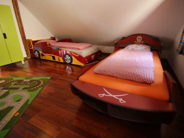 Kinderzimmer mit Themenbetten Autobett und Piratenbett im 1. Stock.