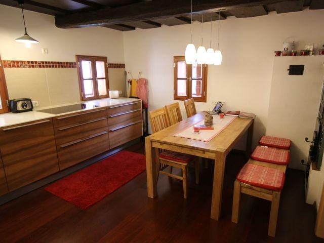 Essplatz für 6 Personen mit stabilem Holztisch.