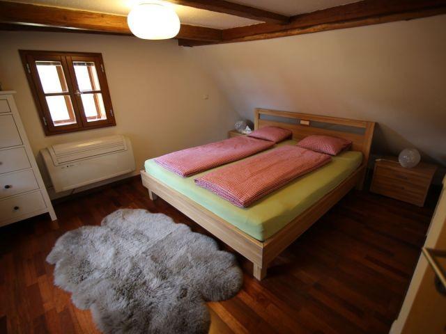 Schlafzimmer 1. Stock mit Klimaanlage und uriger Ausstattung.