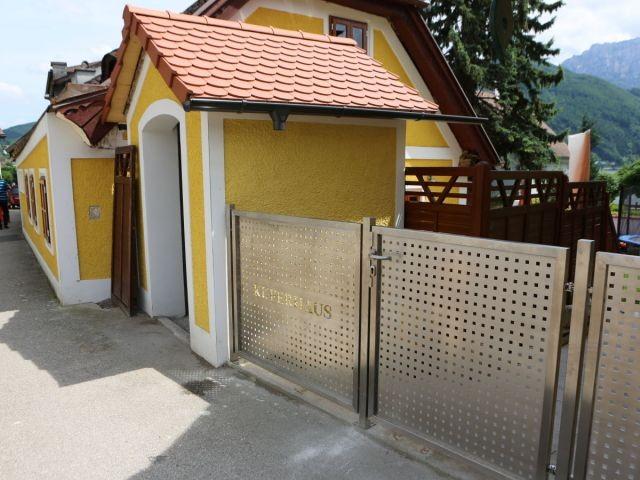 Außenansicht von Kapelle (dahinter Whirlpool) und dem stabilen Zaun!