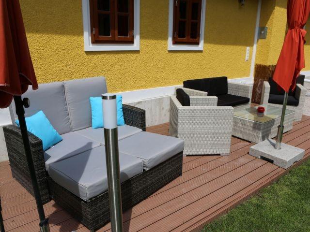 Moderne Gartenmöbel und Liege.