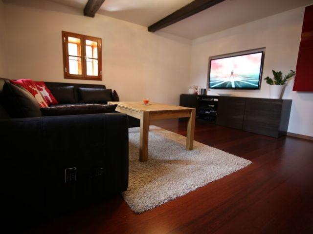 Wohnzimmer mit 55 Zoll Flat TV.