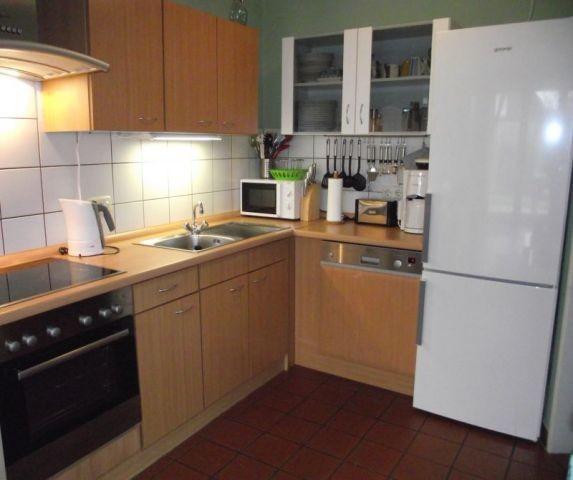 Küche mit Herd, Ceranfeld, Spülmaschine, Kühlschrank mit Gefrierfächer