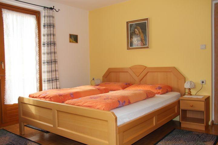 Schlafzimmer Ferienwohnung Chavalatsch