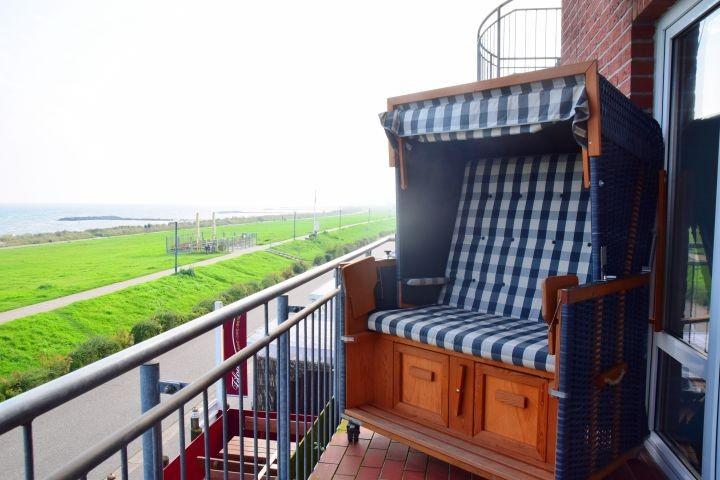 Strandkorb auf dem Balkon