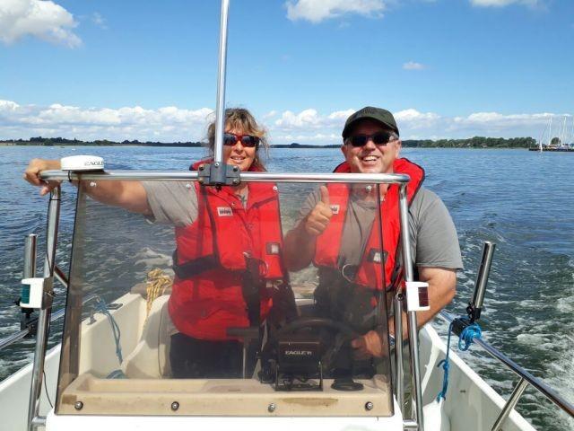 Vermieter beim Bootsfahren