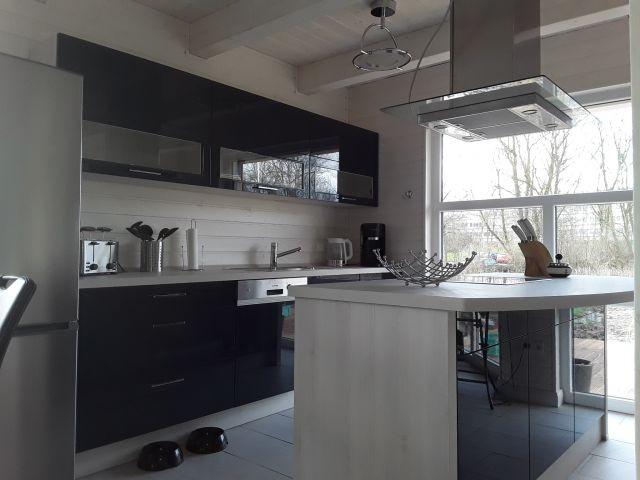 komplett ausgestattete Küche mit Kochinsel