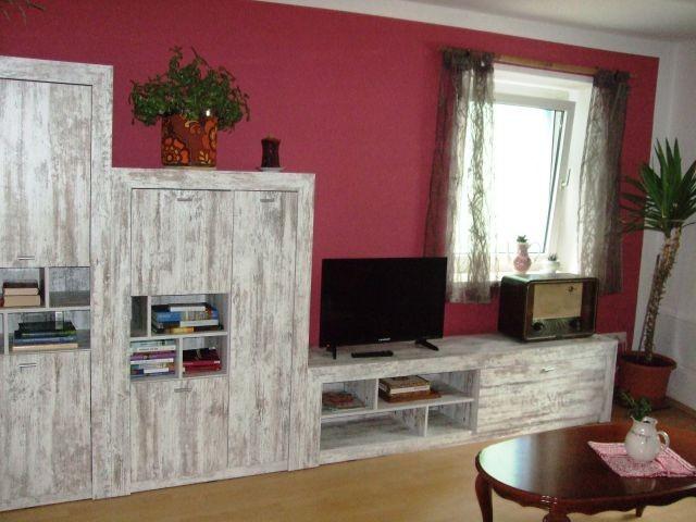 Wohnzimmer mit Büchern, Spielen, TV