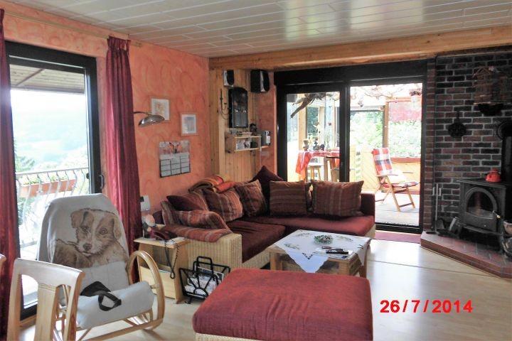 Wohnzimmer mit Sofa und Blick auf die Terrasse