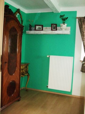 Schlafzimmer mit Kleiderschrank und Spiegelkommode