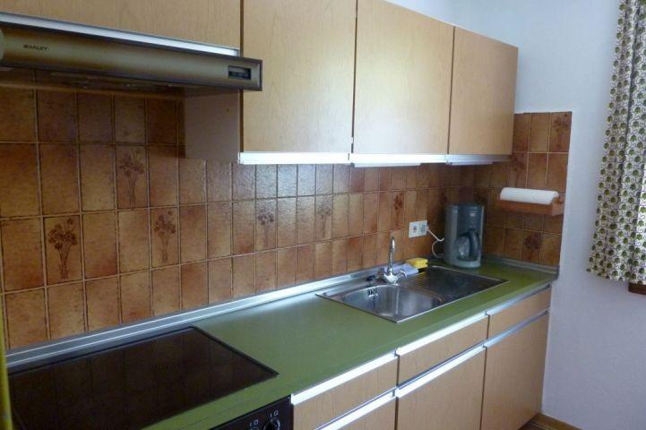 Abgeschlossene Küche mit Fenster, linke Seite
