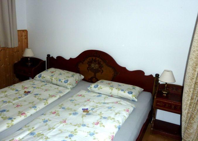 Schlafzimmer 2 mit Doppelbett und Durchgang zum Schlafzimmer 3