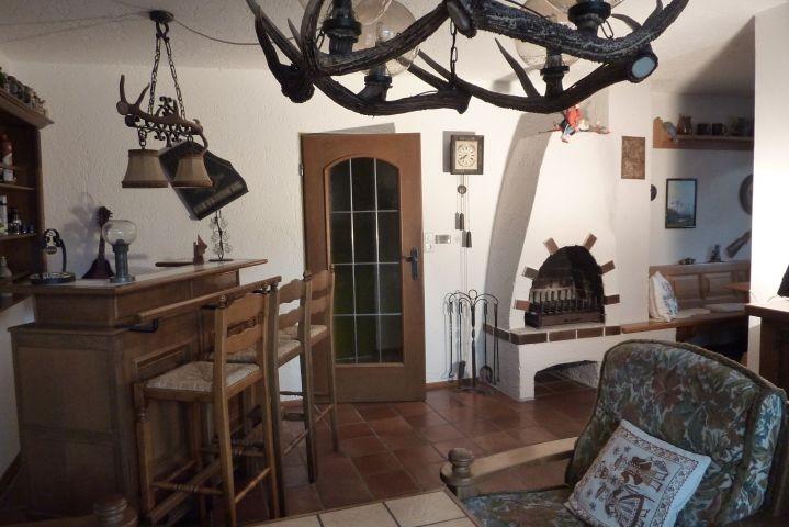 Wohnzimmer mit Kamin, Bar und rechts zur Essecke