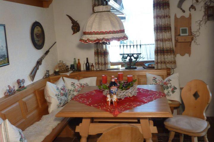 Essecke rustikal, rechts Tür zur Küche
