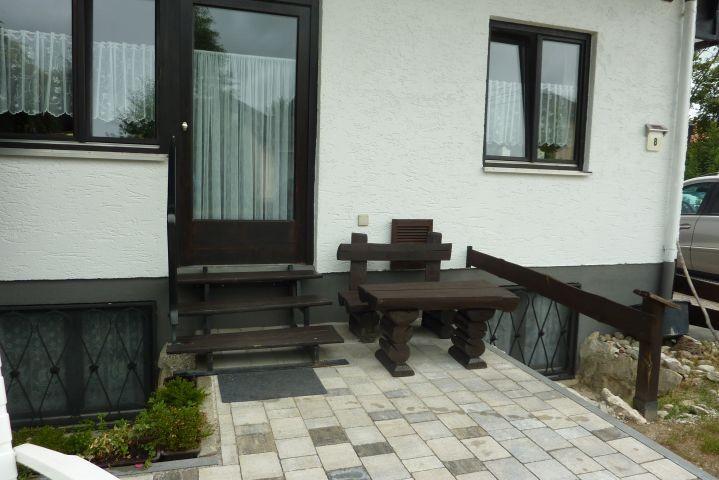 Vor dem Haus, Sitzplatz und Wiese.