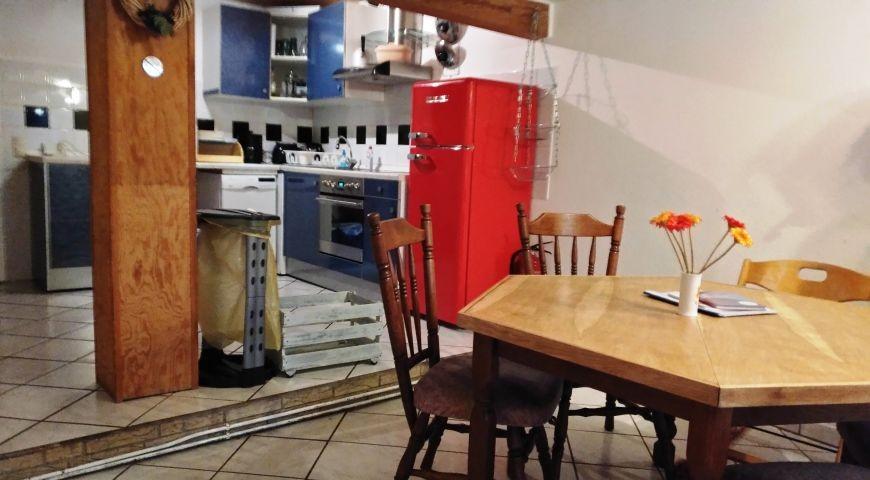 Eingangsbereich mit Essecke und anschliessender Küche
