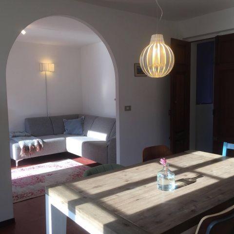 Appartement Breva: Das Esszimmer und Wohnzimmer mit 5 Sitz Sofa