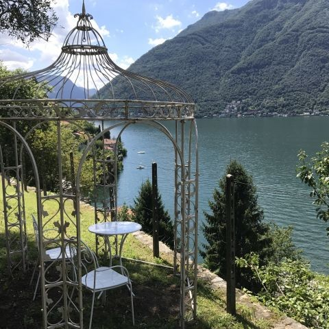 Das Teehaus mit atembenehmender Blick auf dem See