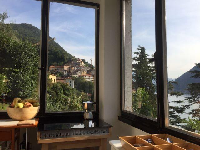 Appartement Breva: Kueche mit bezauberender Sicht auf  See und Dorf