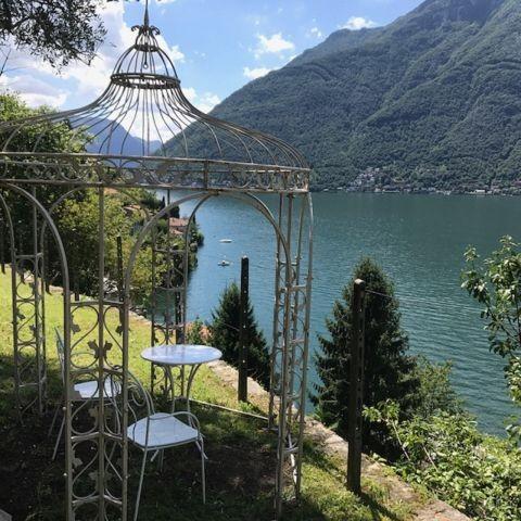 Das Teehaus im Garten mit weitem Seebick
