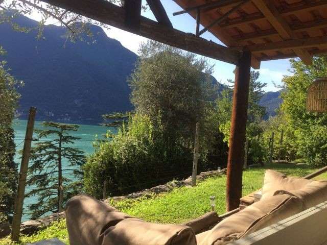 Gartenhaus zum verieben mit Lounge Sofa und weitem Seeblick