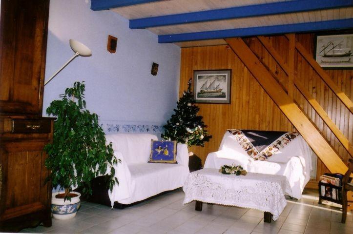 Wohn-Essbereich mit Sofa, Sessel und TV mit International Kanälen
