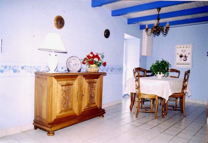 Die Platz hält die Esstisch und 6 Stülen, ein klassischen Landhausdesign für ein tolles Ambiante.