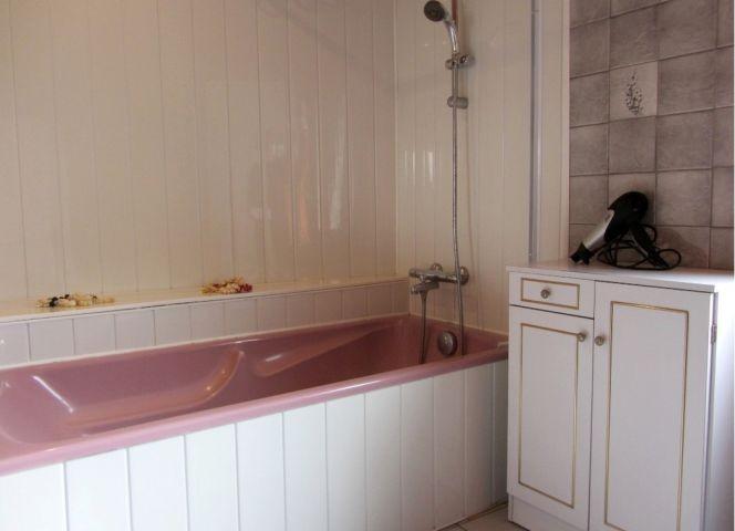 Badezimmer mit Badewanne/Dusche, Waschbecken, Spiegel, Fön