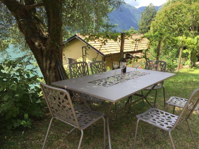 Esstisch im Schatten vom Olivenbaum
