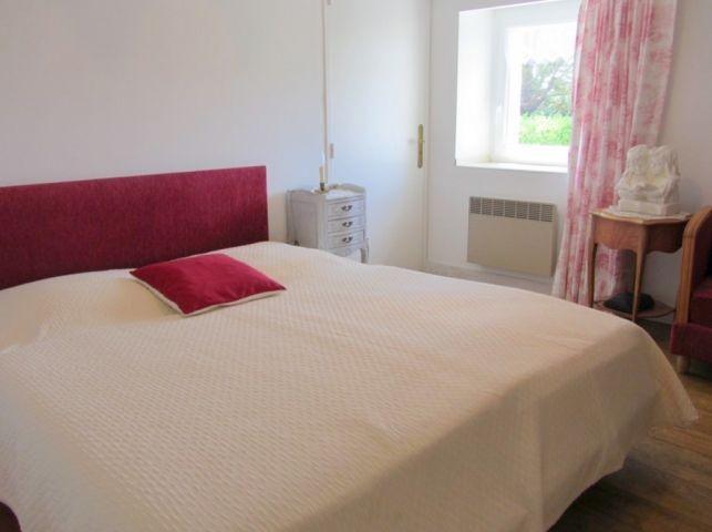 Schlafzimmer mit Doppelbett, Bett mit 2 Matratzen je  und Sofa