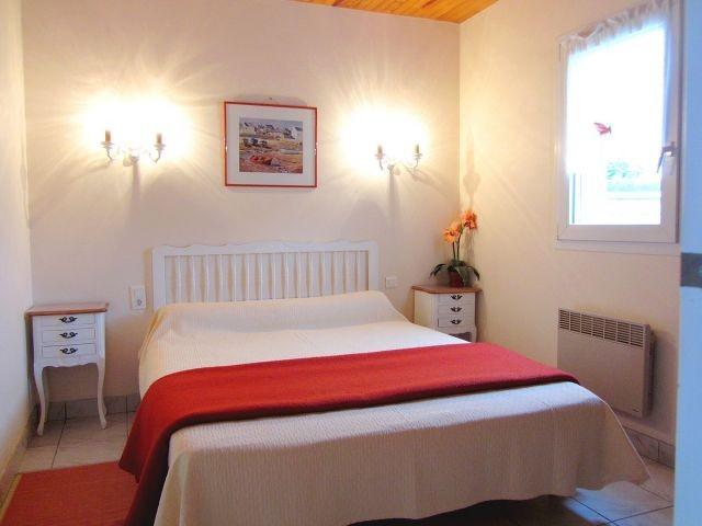 Helles Schlafzimmer mit Doppelbett. Es erfüllt alle Wünsche nach einem erholsamen Urlaub in der Bretagne