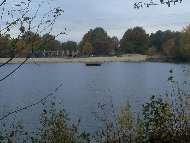 Schwimmsteg im Herbst