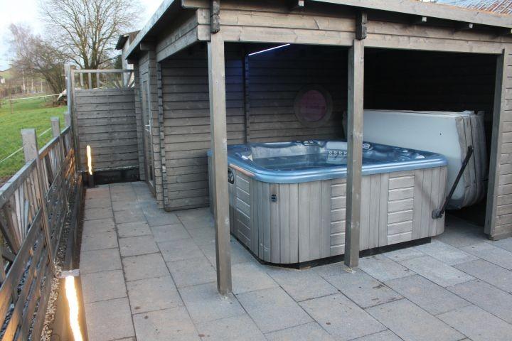 Garten-Sauna und  Außenwhirlpool