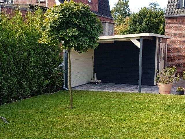 Garten mit Gartenhäuschen mit Überdachung