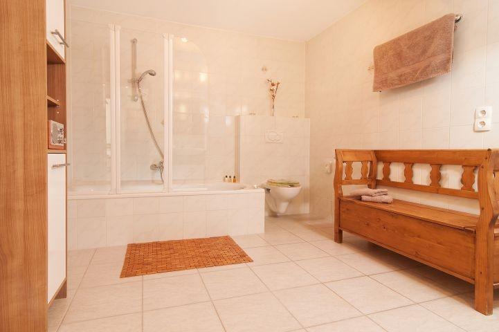 Bad mit Badewanne , Dusche, Fenster, Fußbodenheizung, beleuchteter Kosmetikspiegel, Fön......