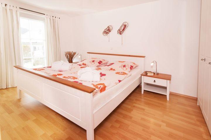 Schlafzimmer 1 mit Zugang zur Sonnenterrasse !