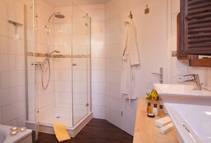 Dusche und Badewanne Bad 1