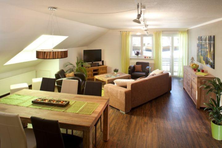 Ihr Wohnzimmer mit Balkon und Kamin !