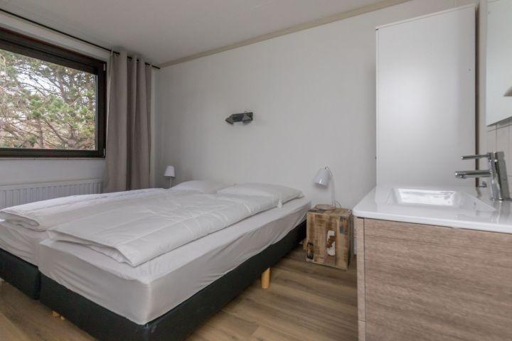 Schlafzimmer 1 mit 2 Boxspringbetten (90x200), Kleiderschrank und Badmöbel