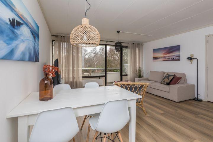 Das helle Wohnzimmer mit Balkon