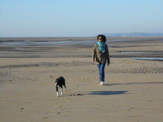 Spaziergang am Strand mit Violette