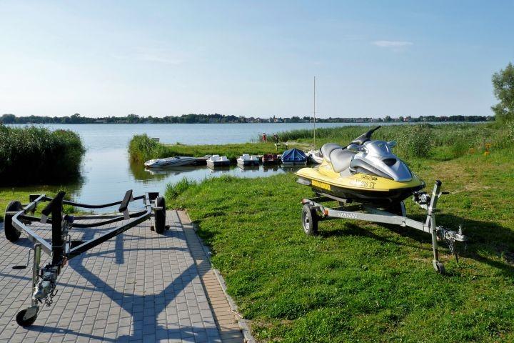 Wir haben eine privaten Zugang zum See. Die Slipanlage wird nur von unseren Gästen benutzt.
