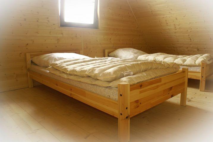 In jedem Schlafzimmer gibt es zwei Betten.