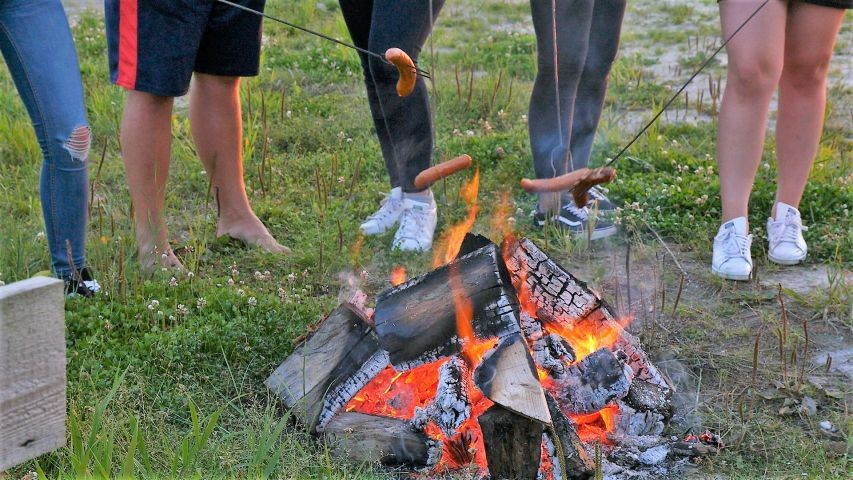 Am Lagerfeuer schmeckt die Wurst am Besten.