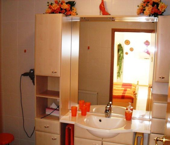 Modernes Bad mit Badmöbeln mit Waschtisch, Dusche und WC