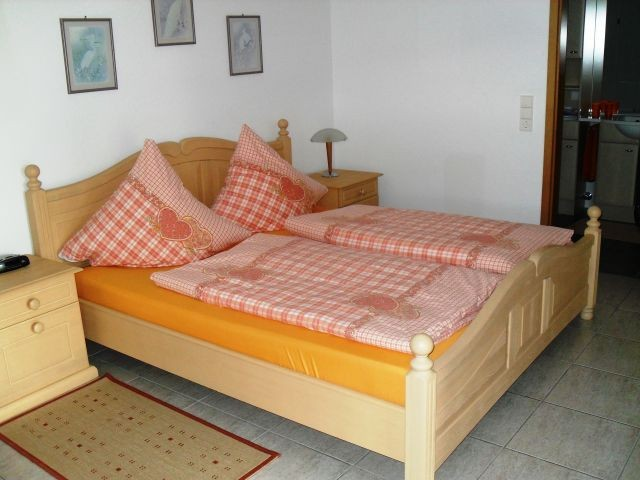 Massivholz Doppelbett mit orthopädischen Taschenfederkern-Matratzen