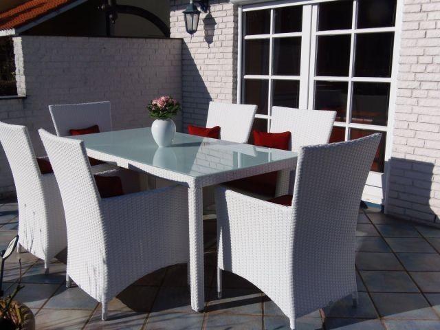 Wunderschöne Terrasse mit luxuriösen Gartenmöbeln und elektrischer Markise