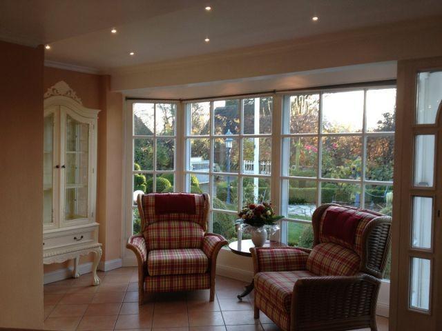 Relaxecke mit Fußbodenheizung und Blick in den Traumgarten