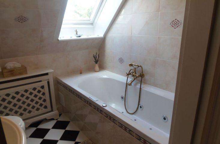 Whirlpool-Badewanne im Obergeschoss-Badezimmer